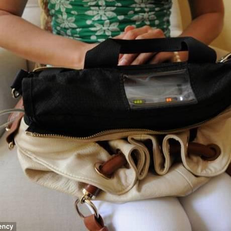 Parte externa do equipamento pesa dois quilos e meio e bateria precisa ser recarregada a cada seis horas Foto: Reprodução/Mail Online