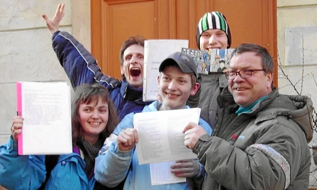 Turma de alfabetização de adultos na porta da escola, na Alemanha, mostra orgulhosa seus cadernos: país ainda registra alto índice de iletrados Foto: Reprodução/Álbum de família