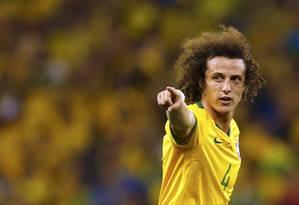 Natural. David Luiz já costuma orientar o jogo mesmo sem ser o capitão Foto: MARCELO DEL POZO / REUTERS