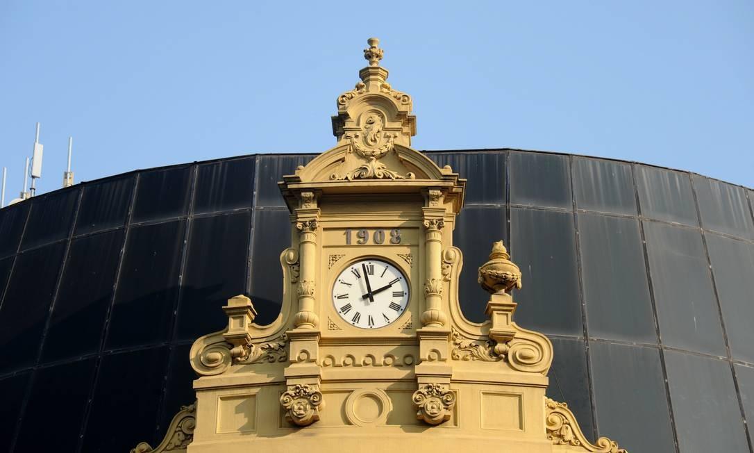 Relógios antigos, de vários estilos, resistem como marcos do ...