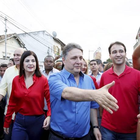 Candidato ao governo Anthony Garotinho com a prefeita Rosinha durante comício em Campos Foto: Marcos Tristão / Agência O Globo