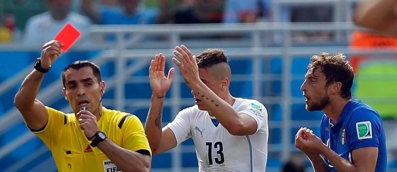 O mexicano Marco Rodriguez expulsa o italiano Marchisio no polêmico jogo contra o Uruguai Foto: TORU HANAI / Reuters