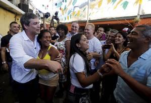 Lindbergh Farias fez seu primeiro dia de campanha no domingo, ao lado de Romário, candidato ao Senado, na feira de São Cristovão Foto: Pablo Jacob / Agência O Globo