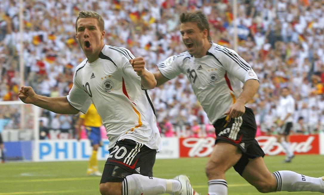 Podolski e Schneider comemoram um dos gols da Alemanha sobre a Suécia na Copa de 2006 Foto: Christof Stache / AP