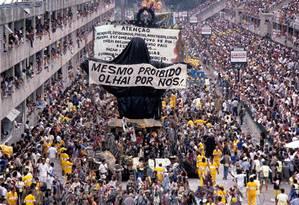 Desfile da Escola de Samba Beija-Flor de Nilópolis, com o enredo 'Ratos e Urubus, Larguem Minha Fantasia': carro alegórico do Cristo coberto com mendigos Foto: Agência O Globo