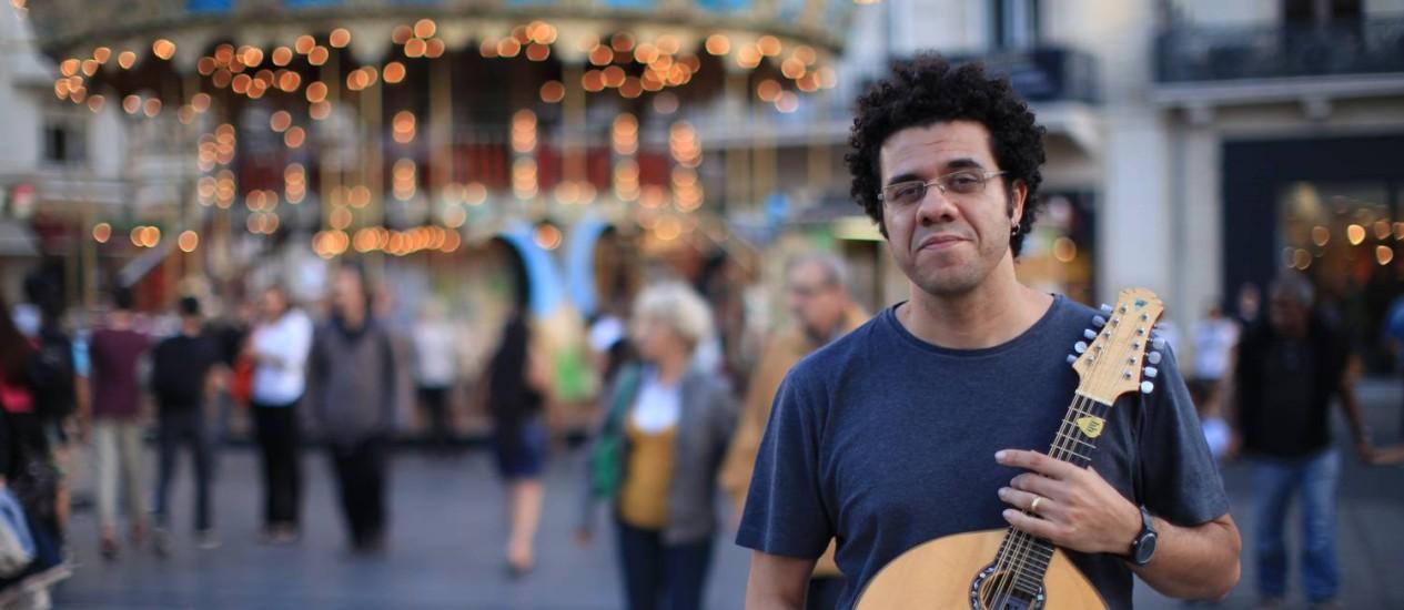 Não é brinquedo. Hamilton de Holanda e seu bandolim de 10 cordas: temas vão além dos limites do instrumento Foto: Divulgação / Divulgação