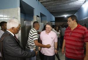 Garotinho em campanha no bairro da Pavuna, na Zona Norte do Rio: críticas a Lindbergh, Cabral e Pezão Foto: Pablo Jacob / Agência O Globo