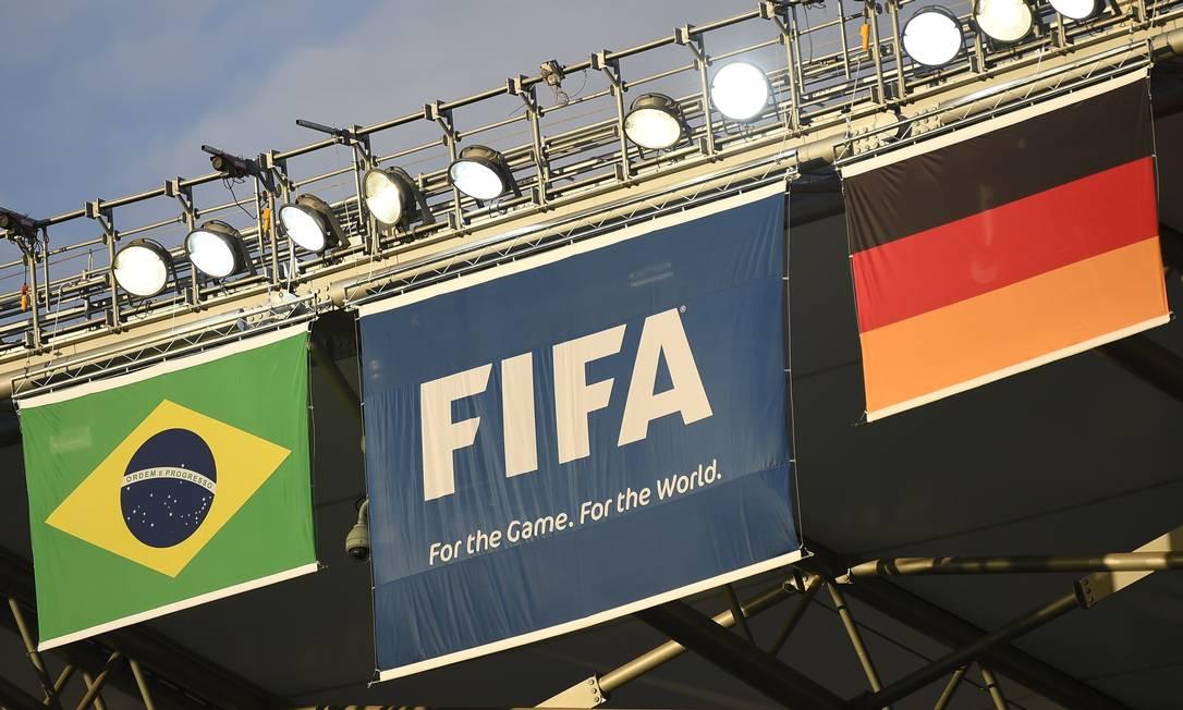Bandeiras já dispostas para a partida desta terça-feira no Mineirão, entre Brasil e Alemanha Foto: ODD ANDERSEN / AFP