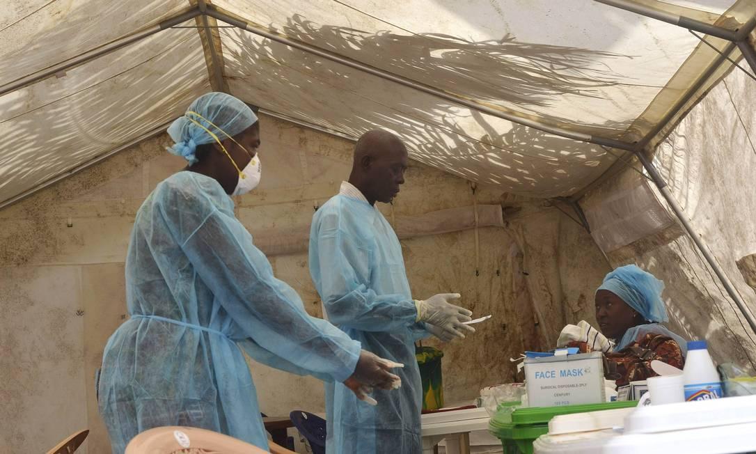 Profissionais de saúde tiram amostras de sangue para testar o vírus ebola em hospital de Kenema, em Serra Leoa, em 30 de junho Foto: STRINGER / REUTERS