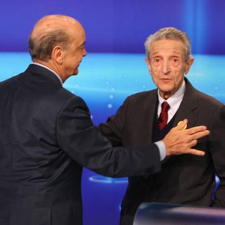 José Serra cumprimenta o candidato do Psol em debate promovido pela TV Globo. Foto: GABRIEL DE PAIVA / Agência O Globo