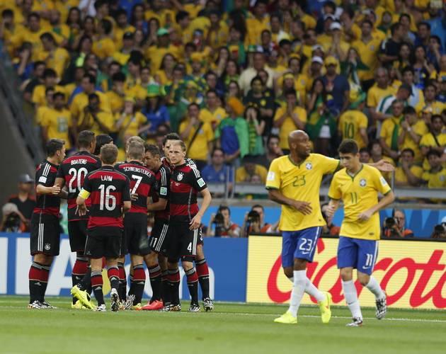 JOgadores alemães comemoram o gol de Mueller Foto: Alexandre Cassiano / Agência O Globo