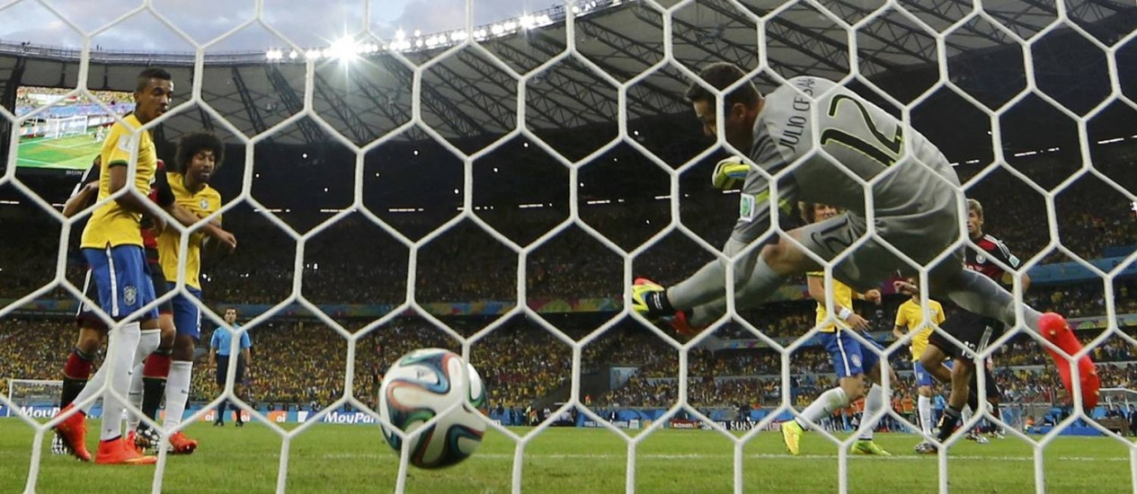 O gol de Miroslav Klose, segundo do massacre alemão Foto: EDDIE KEOGH / REUTERS