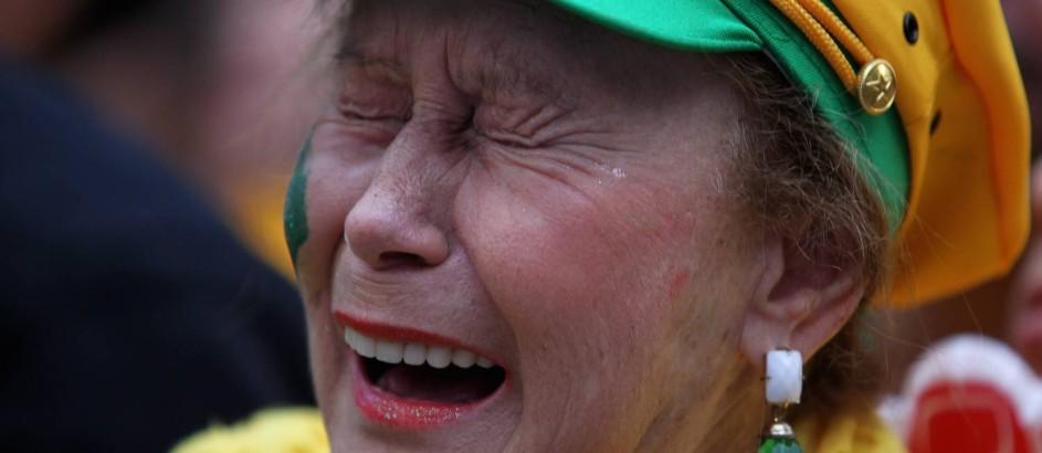 Torcedora chora ao assistir a partida entre Brasil e Alemanha na Fifan Fest de São Paulo Foto: Fernando Donasci / Agência O Globo