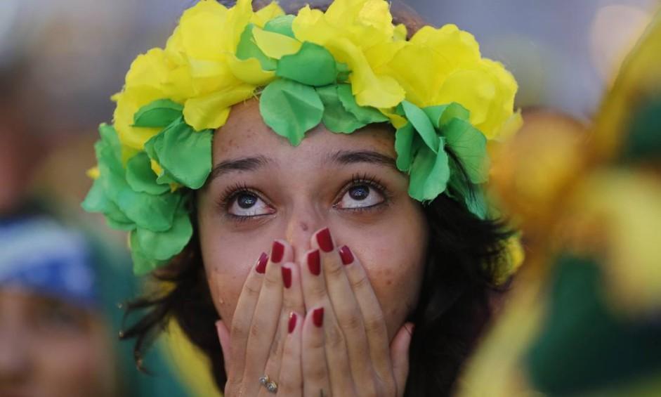 Lágrima escorre no rosto de jovem brasileira Foto: Pablo Jacob / Agência O Globo