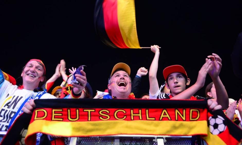 Alemães festejam diante do inacreditável: goleada em cima da seleção brasileira na semifinal da Copa Foto: JOHN MACDOUGALL / AFP