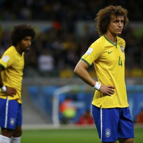 Dante e David Luiz lamentam gols sofrido pelo Brasil Foto: DAMIR SAGOLJ / REUTERS