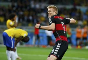 Andre Schuerrle comemora o sexto gol da Alemanha Foto: DAMIR SAGOLJ / REUTERS
