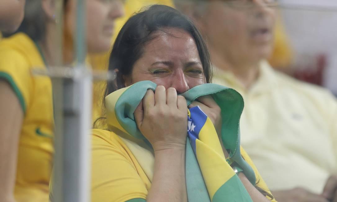 Torcedora se desespera com o vexame brasileiro no Mineirão Foto: Alexandre Cassiano / Alexandre Cassiano