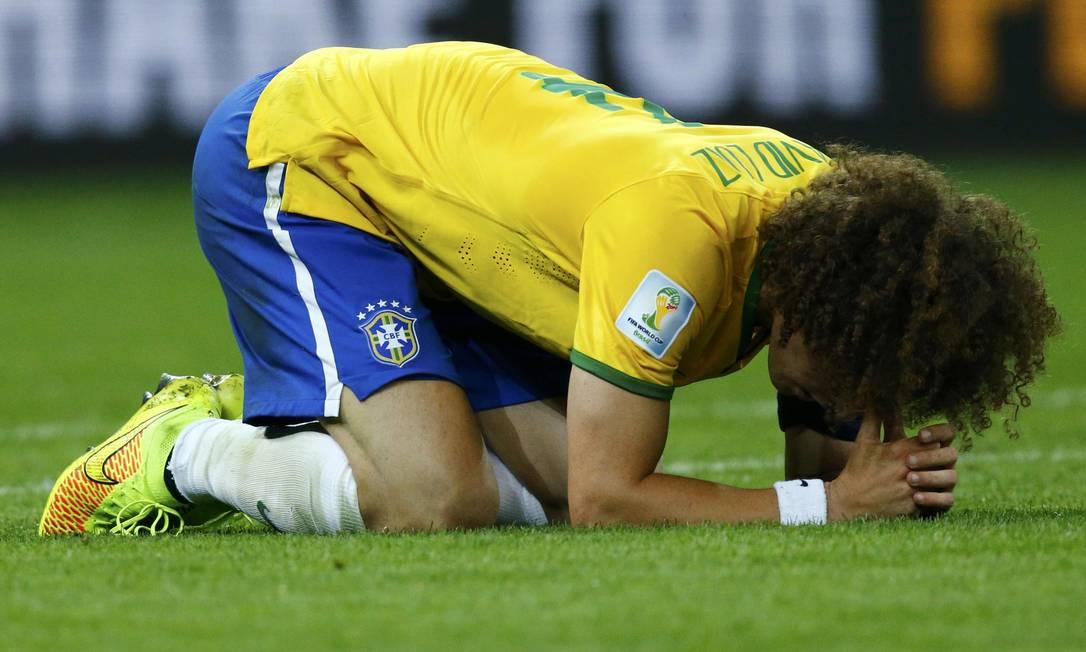 David Luiz no gramado: zagueiro não conseguiu impedir pane na defesa brasileira Foto: RUBEN SPRICH / REUTERS