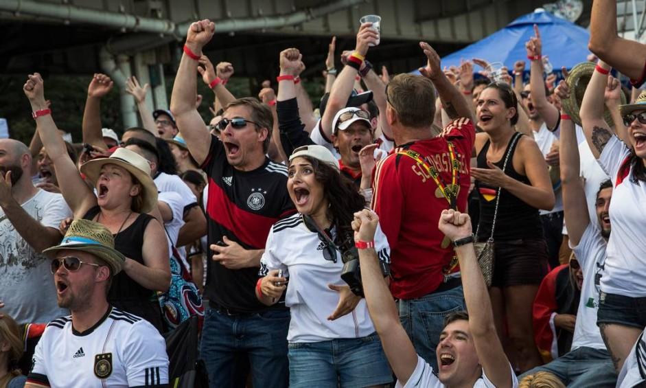 Em Nova York, alemães comemoram o sétimo gol da Alemanha Foto: Andrew Burton / AFP