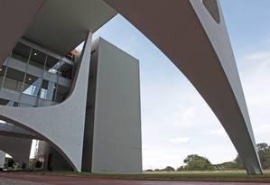 Detalhe do Planalto, obra de Oscar Niemeyer: saíram os políticos, entraram os turistas Foto: André Coelho/05-12-2013 / Agência O Globo