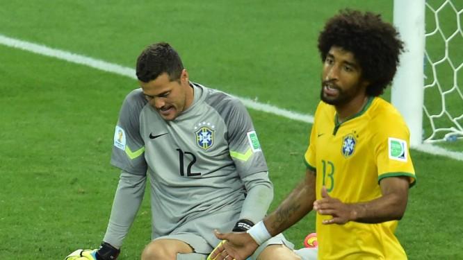 3fdce84d4f O abatimento de Júlio César e de Dante após um dos gols alemães Foto   GABRIEL