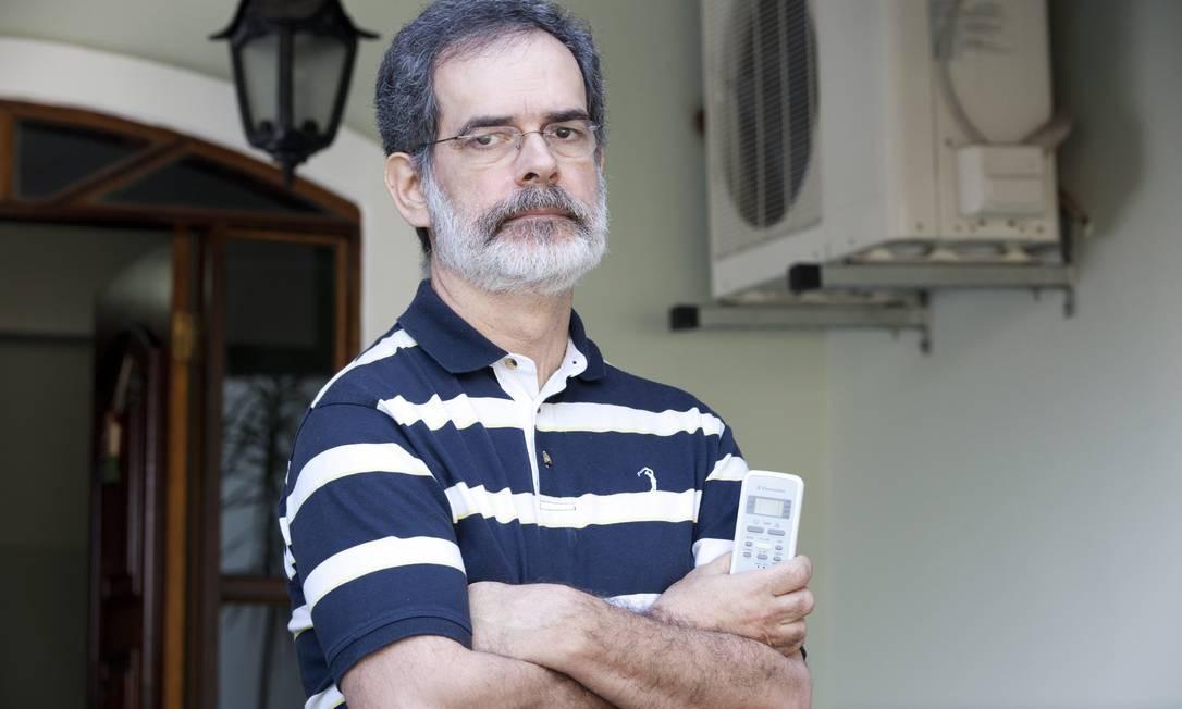 Sem ar. Fernando Cantinho teve problema com vazamento de gás em seu aparelho de ar-condicionado split desde a instalação em 2008 Foto: / Bianca Pimenta