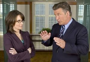 Na premiada série 30 Rock a roteirista Liz Lemon (Tina Fey) sofre com a interferência de Jack Donaghy (Alec Baldwin) no programa que comanda Foto: Mitchell Haaseth / Divulgação