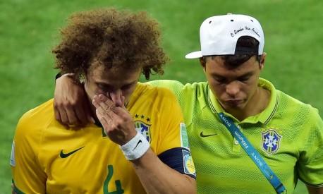 Thiago consola David Luiz depois da derrota, de goleada, para a Alemanha Foto: GABRIEL BOUYS / AFP