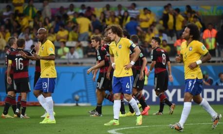 Os jogadores da seleção brasileira após levaram um dos sete gols da Alemanha Foto: Pedro Ugarte / AFP