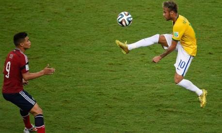 Neymar dribla Gutierrez, da Colômbia, em sua última partida pela Copa Foto: AFP