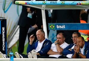 Felipão, Murtosa e Parreira no banco de reservas da seleção brasileira durante a goleada sofrida para a Alemanha na semifinal da Copa Foto: ADRIAN DENNIS / AFP