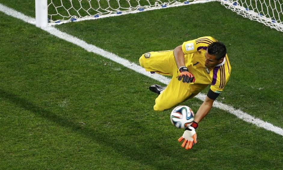 Sergio Romero, goleiro da Argentina, defende a cobrança de Ron Vlaar Foto: RICARDO MORAES / REUTERS