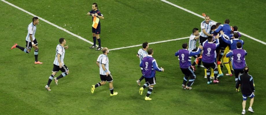 Após o último pênalti no Itaquerão, cobrado por Maxi Rodríguez, a Argentina faz 4 a 2 na Holanda e se classifica para a final da Copa, contra a Alemanha Foto: Themba Hadebe / AP