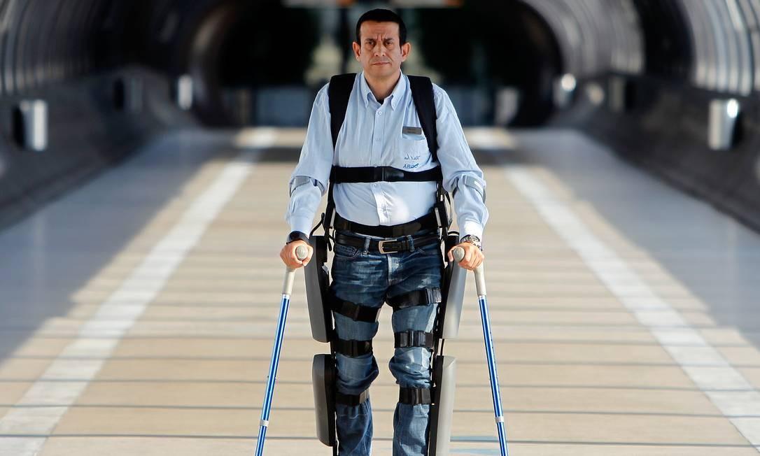 Homem caminha com o exoesqueleto da empresa israelense ReWalk: robótica luta para superar os desafios de produzir equipamentos leves, simples e baratos, enquanto neurocientistas avançam em métodos de controle dos movimentos Foto: Divulgação/ReWalk Robotics