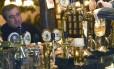 Bar em Moscou: alcoolismo reduz expectativa de vida no país