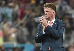 O técnico da Holanda, Louis van Gaal, aplaude sua equipe após a derrota nos pênaltis para a Argentina Foto: DAMIEN MEYER / AFP