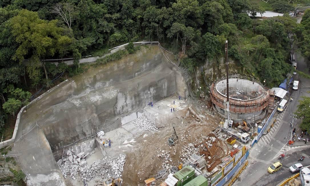 Obra do metrô e trecho da área de mata que poderá ser usada para reassentar moradores da Rocinha Foto: Gustavo Miranda / Agência O Globo