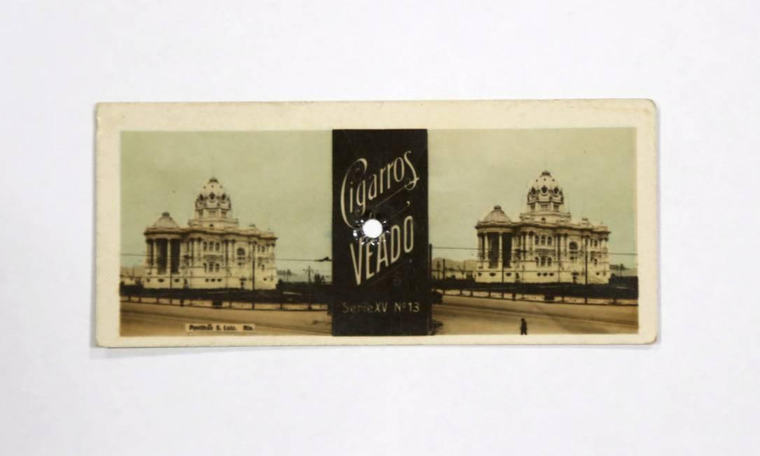 A foto estereoscópica, propaganda dos Cigarros Veado, no acervo de Fernando da França Foto: Fabio Rossi / Agência O Globo