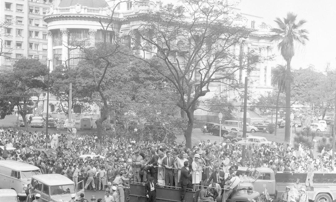 A foto, de agosto de 1963, mostra o desfile da Miss Universo em carro de bombeiro, com o Palácio Monroe ao fundo Foto: Arquivo / Agência O Globo