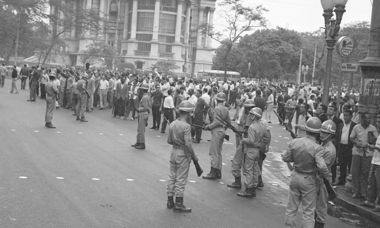 Movimentação de militares durante o golpe militar de 31 de março de 1964 em frente ao Palácio Monroe Foto: Arquivo / Agência O Globo
