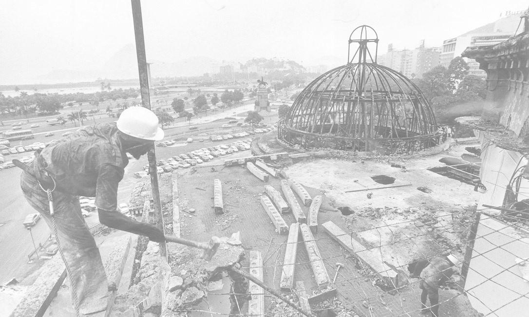 Homens trabalham na retirada as ferragens do Palácio Monroe Foto: Aníbal Philot / Agência O Globo