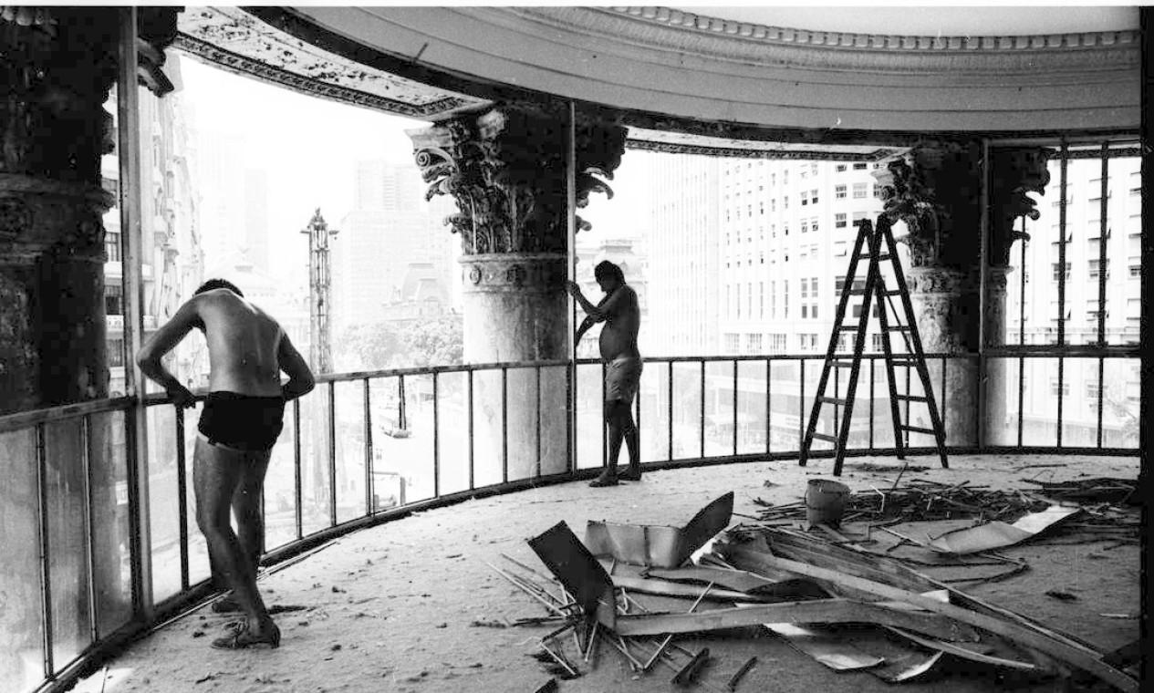 Operários trabalham na desmontagem das vidraças para a demolição do Palácio Foto: José Vidal / Agência O Globo
