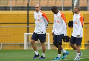 'Folgando' após a derrota, Robben, Kongolo e Sneijder caminham. Apenas os goleiros ficaram mais tempo no gramado Foto: Michel Filho / Agência O Globo