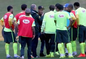 Felipão faz carinho em Neymar diante dos outros jogadores: visita para melhorar o ambiente na Granja Comary Foto: Jefferson Bernardes / Vipcomm