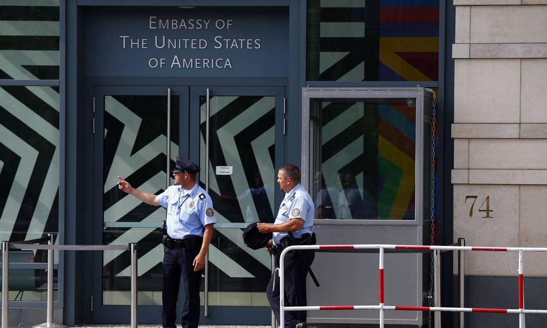 Seguranças na porta da Embaixada dos Estados Unidos, em Berlim. Governo alemão expulsa chefe local da CIA, depois do segundo escândalo de espionagem em menos de uma semana Foto: THOMAS PETER/ REUTERS