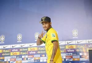 Neymar chega para coletiva na Granja Comary, em Teresópolis Foto: Ivo Gonzalez / Ivo Gonzalez