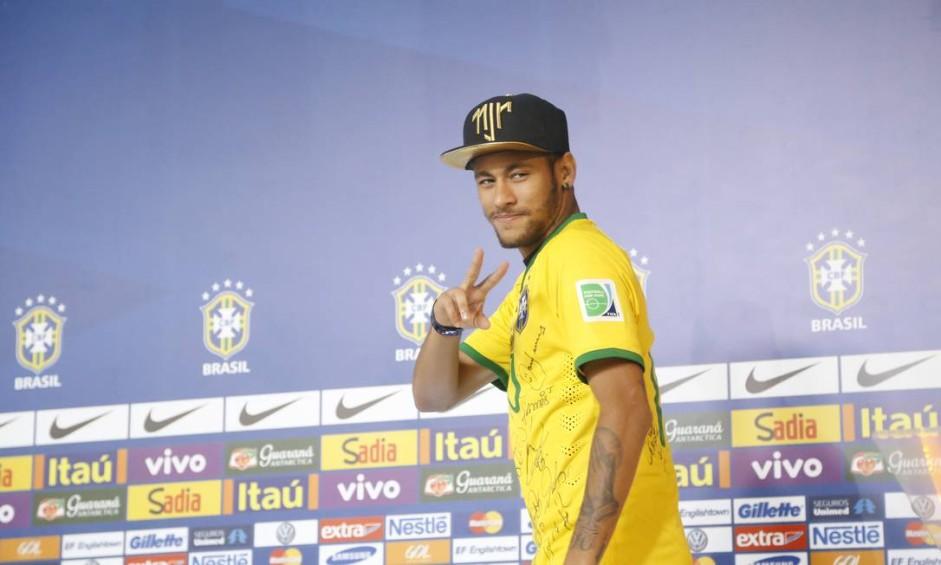 Neymar chega para coletiva na na Granja Comary Foto: Ivo Gonzalez / Agência O globo