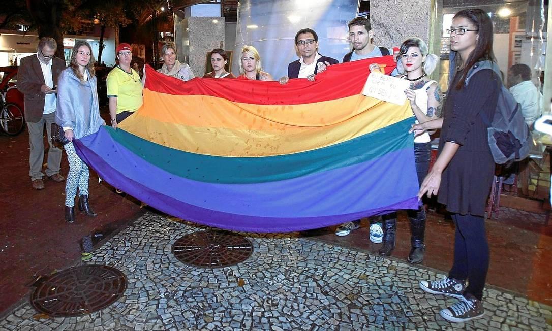 Orgulho e preconceito. Ativistas pelos direitos de minorias sexuais estendem bandeira em frente ao bar Foto: Guilherme Leporace