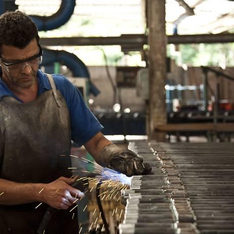 Trabalhador da indústria Foto: O Globo